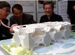 伊東豐雄(左一)正在解說設計