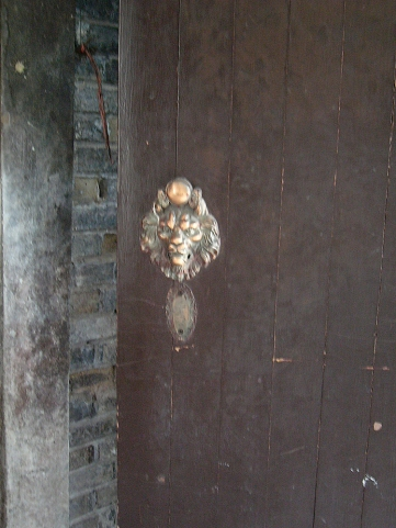 door knock at entrance of monument building | from drezier's blog [歷史舊物:大韓民國臨時政府杭州舊址紀念館] dated 2016/7/30