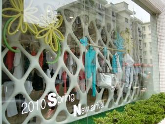 浪漫一身杭州西湖旗艦店的廚窗設計 | from drezier's blog [不能被複製的零售店舖] dated 2016/9/3