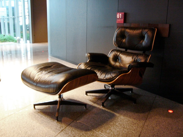 Eames Lounge Chair and Ottoman by Charles and Ray Eames, 1956 | from drezier's blog [20th Century Masterpieces : : Eames Lounge Chair] dated 2017/1/21
